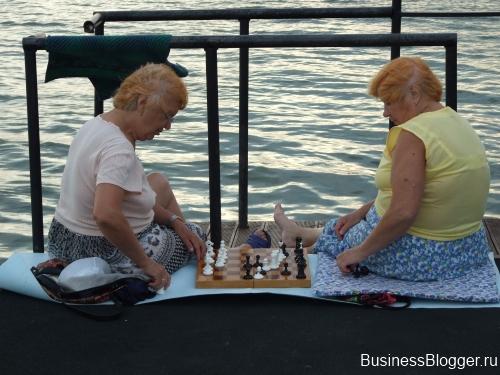 Ижевск. Набережная. Пирс. Бабушки играют в шахматы