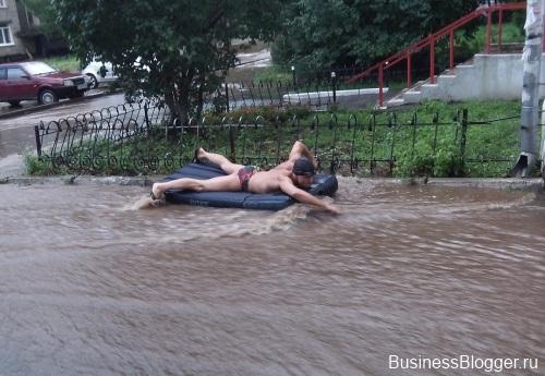 Человек-поплавок! Два ижевских бизнесмена в ливень покатались по улицам города на матрасе