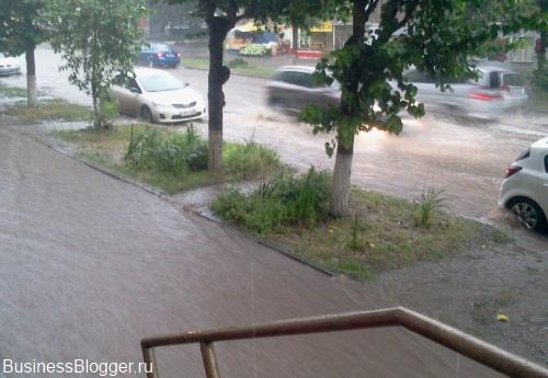 Потоп после ливня по улице Коммунаров, Ижевск